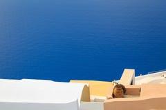 Ζωηρόχρωμες στέγες πέρα από Caldera στο χωριό Fira, Santorini Στοκ Φωτογραφία