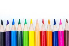 Ζωηρόχρωμες στενές επάνω άκρες των μολυβιών χρώματος που ευθυγραμμίζονται και που δείχνουν επάνω ελεύθερη απεικόνιση δικαιώματος
