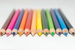 Ζωηρόχρωμες στενές επάνω άκρες των μολυβιών χρώματος που ευθυγραμμίζονται και που δείχνουν προς τα εμπρός διανυσματική απεικόνιση