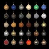 Ζωηρόχρωμες σφαίρες έτους Χριστουγέννων νέες που γίνονται από τα διαφορετικά υλικά στο Μαύρο Χρυσός, πλαστικό, μέταλλο, χρώμα αυτ Στοκ εικόνες με δικαίωμα ελεύθερης χρήσης