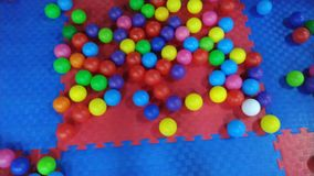 Ζωηρόχρωμες σφαίρες στο κέντρο διασκέδασης των παιδιών απόθεμα βίντεο