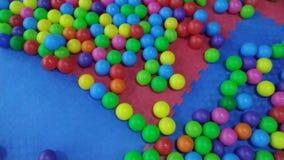 Ζωηρόχρωμες σφαίρες στο κέντρο διασκέδασης των παιδιών φιλμ μικρού μήκους