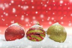Ζωηρόχρωμες σφαίρες Χριστουγέννων με το κόκκινο υπόβαθρο στοκ φωτογραφία με δικαίωμα ελεύθερης χρήσης