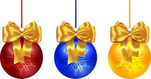 Ζωηρόχρωμες σφαίρες Χριστουγέννων που δένονται με το κίτρινο τόξο Στοκ εικόνες με δικαίωμα ελεύθερης χρήσης