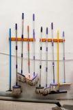 Ζωηρόχρωμες σφουγγάρι και σφουγγαρίστρες στον τοίχο Στοκ εικόνες με δικαίωμα ελεύθερης χρήσης