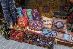 Ζωηρόχρωμες τουρκικές μαξιλάρια και τσάντες σχεδίου στη Ιστανμπούλ, Τουρκία Στοκ φωτογραφίες με δικαίωμα ελεύθερης χρήσης