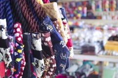 Ζωηρόχρωμες υφαντικές τσάντες με την τυπωμένη ύλη ελεφάντων στοκ εικόνα