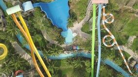 Ζωηρόχρωμες φωτογραφικές διαφάνειες νερού στη διασκέδαση aquapark ( Άνθρωποι που έχουν τη διασκέδαση που οδηγά στις φωτογραφικές  φιλμ μικρού μήκους