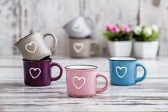 Ζωηρόχρωμες χαριτωμένες κούπες καφέ με τις καρδιές Στοκ εικόνες με δικαίωμα ελεύθερης χρήσης