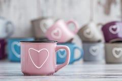 Ζωηρόχρωμες χαριτωμένες κούπες καφέ με τις καρδιές Στοκ εικόνα με δικαίωμα ελεύθερης χρήσης