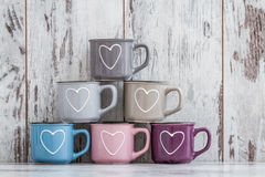 Ζωηρόχρωμες χαριτωμένες κούπες καφέ με τις καρδιές Στοκ Εικόνα