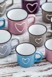 Ζωηρόχρωμες χαριτωμένες κούπες καφέ με τις καρδιές Στοκ φωτογραφίες με δικαίωμα ελεύθερης χρήσης
