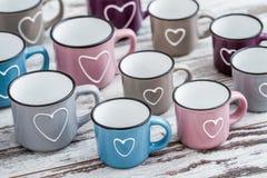 Ζωηρόχρωμες χαριτωμένες κούπες καφέ με τις καρδιές Στοκ Εικόνες