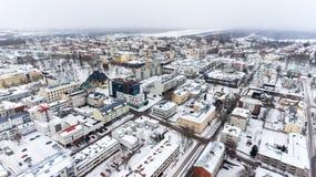 Ζωηρόχρωμες χιονώδεις στέγες των σπιτιών της πόλης Lappeenranta Χιονισμένοι οδοί και δρόμοι Φινλανδία, Ευρώπη εναέρια όψη Στοκ Εικόνες