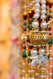 Ζωηρόχρωμες χρυσές διακοσμήσεις κοσμήματος Στοκ φωτογραφίες με δικαίωμα ελεύθερης χρήσης