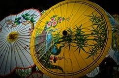 Ζωηρόχρωμες χρωματισμένες ομπρέλες εγγράφου στοκ φωτογραφία