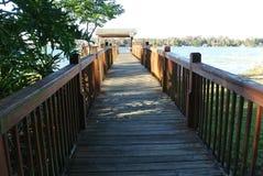 Ζωηρόχρωμη άποψη από μια ξύλινη γέφυρα στοκ εικόνες
