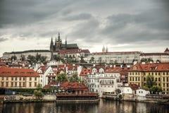 Ζωηρόχρωμη άποψη πρωινού της γέφυρας του Charles, Κάστρο της Πράγας Στοκ Φωτογραφία