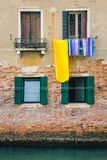 Ζωηρόχρωμη ένωση πλυντηρίων από ένα παράθυρο στη Βενετία, Ιταλία με Στοκ Εικόνα