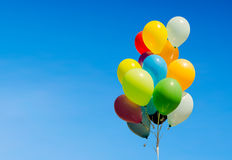 Ζωηρόχρωμη δέσμη των μπαλονιών ηλίου που απομονώνονται στο υπόβαθρο Στοκ Εικόνα