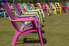 Ζωηρόχρωμη έδρα Adirondack σε ένα πάρκο Στοκ φωτογραφία με δικαίωμα ελεύθερης χρήσης