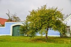 Ζωηρόχρωμη αγροτική πύλη πορτών με την δέντρο-τσεχική Δημοκρατία Στοκ Φωτογραφίες