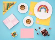 Ζωηρόχρωμη ακόμα ζωή με τα γλυκά και παρόν στο μπλε υπόβαθρο Στοκ φωτογραφίες με δικαίωμα ελεύθερης χρήσης
