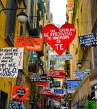 Ζωηρόχρωμη αλέα της Νάπολης, ιταλική οδός, ταξίδι Napoli, Ιταλία Στοκ φωτογραφία με δικαίωμα ελεύθερης χρήσης
