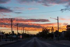 Ζωηρόχρωμη ανατολή στην κορυφογραμμή αστραπής που κοιτάζει κάτω από το κεντρικό δρόμο στοκ εικόνες με δικαίωμα ελεύθερης χρήσης