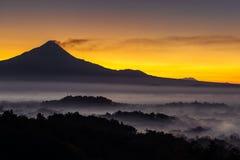 Ζωηρόχρωμη ανατολή πέρα από το ηφαίστειο Merapi, Indoneisa Στοκ φωτογραφία με δικαίωμα ελεύθερης χρήσης