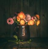 Ζωηρόχρωμη ανθοδέσμη λουλουδιών σε μια κανάτα στοκ εικόνες