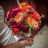 Ζωηρόχρωμη ανθοδέσμη που κατέχει η νύφη Στοκ Εικόνες