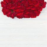 Ζωηρόχρωμη ανθοδέσμη λουλουδιών από τα κόκκινα τριαντάφυλλα στο άσπρο ξύλινο backgroun Στοκ φωτογραφία με δικαίωμα ελεύθερης χρήσης
