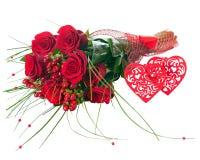 Ζωηρόχρωμη ανθοδέσμη λουλουδιών κόκκινα τριαντάφυλλα και δύο καρδιές που απομονώνονται από Στοκ Φωτογραφίες