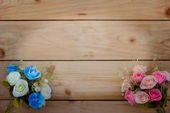 Ζωηρόχρωμη ανθοδέσμη στο ξύλινο υπόβαθρο Στοκ Φωτογραφία