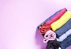 Ζωηρόχρωμη αποθήκευση ενδυμάτων στην εγχώρια ντουλάπα Στοιχεία του ιματισμού στο υφαντικό κιβώτιο στο μαλακό ρόδινο υπόβαθρο στοκ φωτογραφίες με δικαίωμα ελεύθερης χρήσης