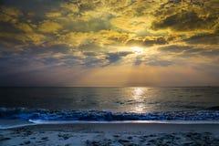 Ζωηρόχρωμη αυγή πέρα από τη θάλασσα παράδεισος φύσης στοιχείων σχεδίου σύνθεσης Στοκ εικόνες με δικαίωμα ελεύθερης χρήσης