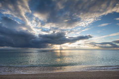 Ζωηρόχρωμη αυγή πέρα από τη θάλασσα παράδεισος φύσης στοιχείων σχεδίου σύνθεσης Στοκ Εικόνες