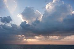 Ζωηρόχρωμη αυγή πέρα από τη θάλασσα παράδεισος φύσης στοιχείων σχεδίου σύνθεσης Στοκ Φωτογραφία