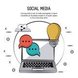 Ζωηρόχρωμη αφίσα των κοινωνικών μέσων με το φορητό προσωπικό υπολογιστή τη λάμπα φωτός κύκλων και ομιλίας εικονιδίων σε φυσαλίδες Στοκ φωτογραφία με δικαίωμα ελεύθερης χρήσης