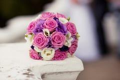 Ζωηρόχρωμη γαμήλια ανθοδέσμη με τα τριαντάφυλλα και τα eustomas Στοκ Εικόνες