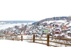 Ζωηρόχρωμη γειτονιά το χειμώνα - Plios, Ρωσία Στοκ φωτογραφία με δικαίωμα ελεύθερης χρήσης