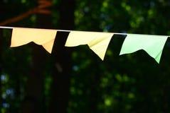 Ζωηρόχρωμη γιρλάντα κομμάτων στο πάρκο πόλεων Στοκ Φωτογραφίες