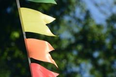 Ζωηρόχρωμη γιρλάντα κομμάτων στο πάρκο πόλεων Στοκ φωτογραφία με δικαίωμα ελεύθερης χρήσης