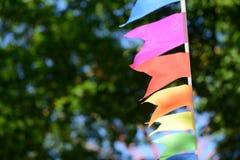 Ζωηρόχρωμη γιρλάντα κομμάτων στο πάρκο πόλεων Στοκ εικόνα με δικαίωμα ελεύθερης χρήσης