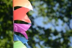 Ζωηρόχρωμη γιρλάντα κομμάτων στο πάρκο πόλεων Στοκ Φωτογραφία