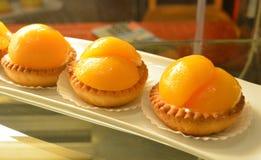 Ζωηρόχρωμη & γλυκιά ζύμη, μικρά ζωηρόχρωμα γλυκά κέικ στοκ εικόνα με δικαίωμα ελεύθερης χρήσης