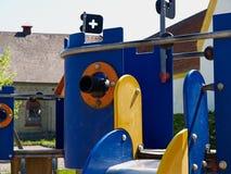 Ζωηρόχρωμη δημιουργική παιδική χαρά σε ένα πάρκο πάρκων πόλεων στοκ φωτογραφίες