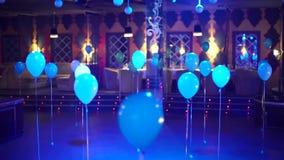 Ζωηρόχρωμη διακόσμηση μπαλονιών ηλίου στο ειδικό γεγονός ή το κόμμα στο εστιατόριο απόθεμα βίντεο