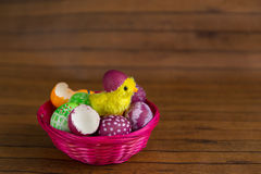 Ζωηρόχρωμη εκκόλαψη αυγών και νεοσσών Πάσχας από το κοχύλι Στοκ Εικόνες